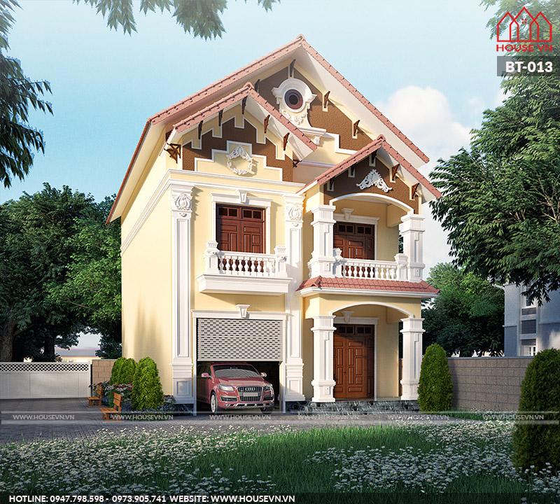 Ngôi biệt thự gây ấn tượng với hệ thống mái ngói cổ điển nổi bật.